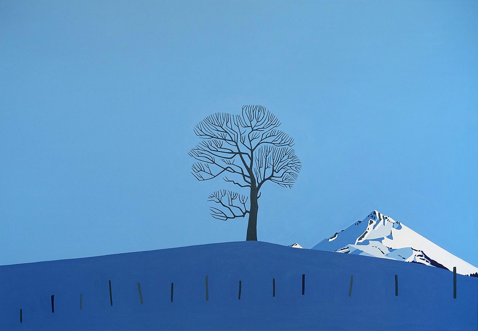 Baum auf Anhöhe mit verschneitem Berg im Abendlicht