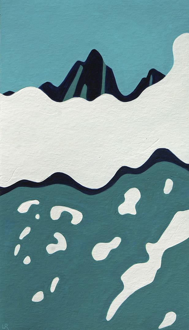 Berg mit Wolken und Schneeresten