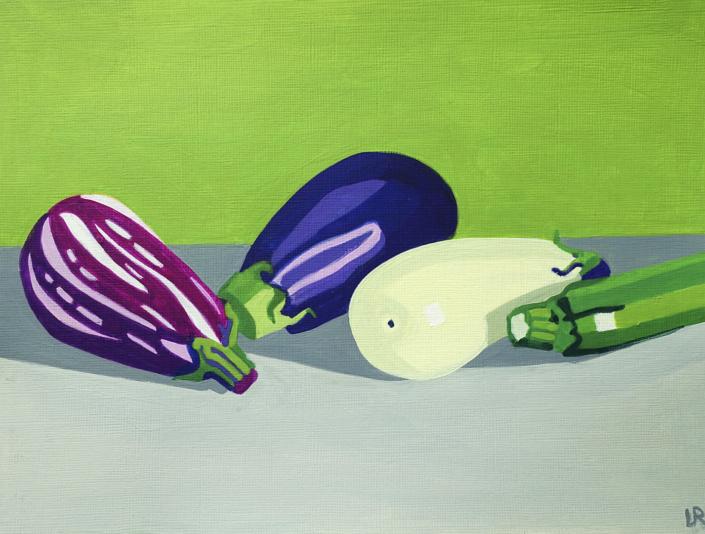 Drei verschiedenfarbige Auberginen und eine Zucchetti