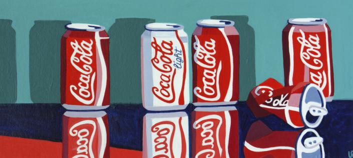 5 Coca-Cola Dosen, wovon eine zerdrückt