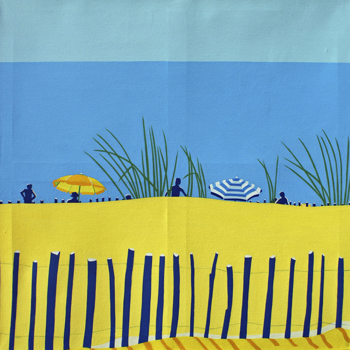 Sanddüne mit Personen, Sonnenschirmen und dem Meer im Hintergrund