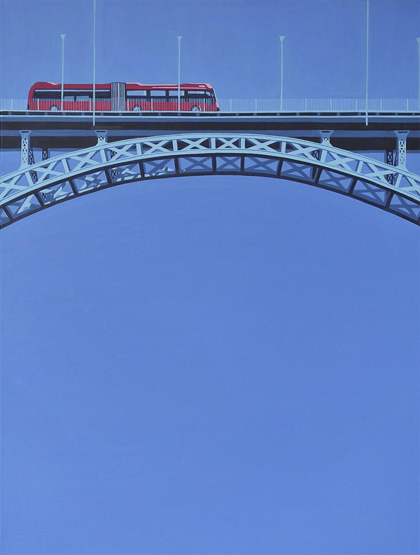 Bus fährt über Brücke
