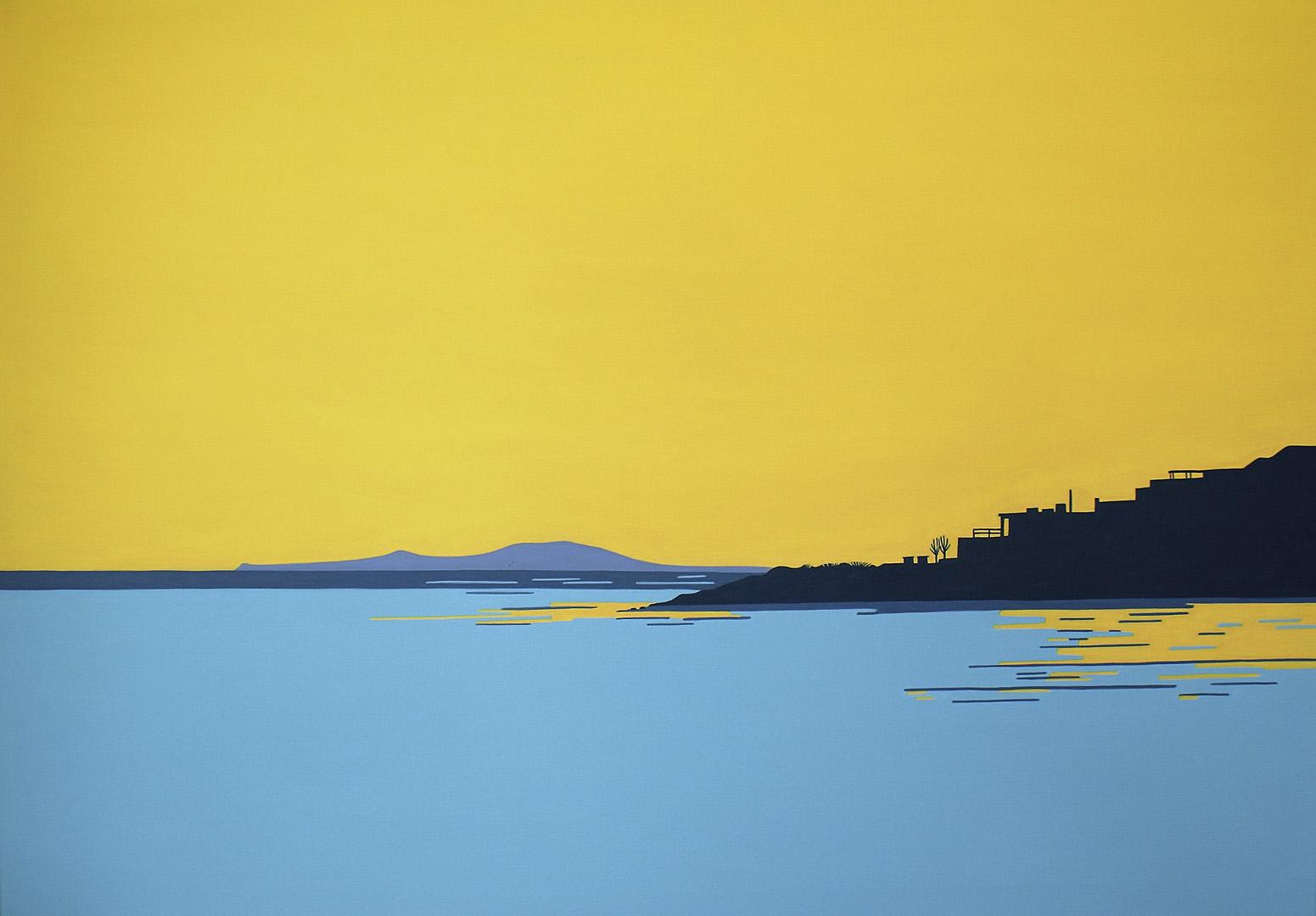 Bucht mit Silhouette von Häusern und Berg im Hintergrund