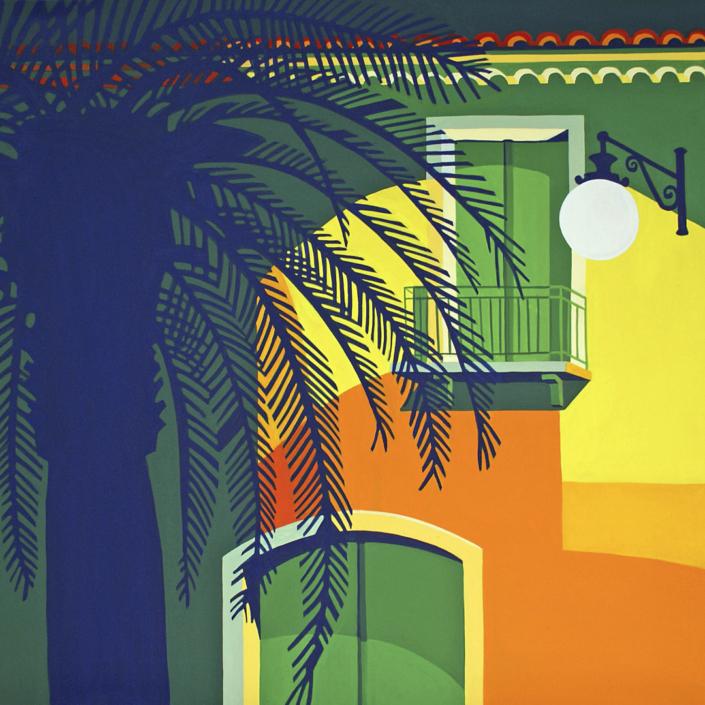 Beleuchtete Hausfassade mit dunkler Palme im Vordergrund