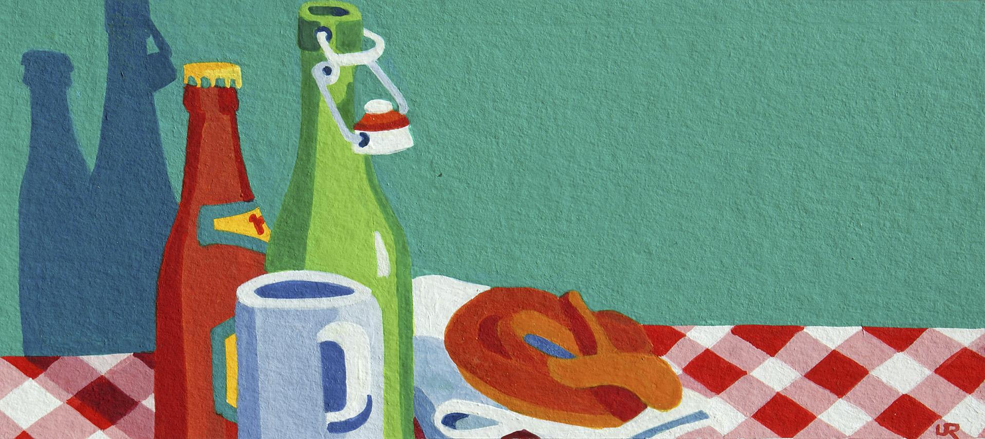 Bierflaschen, Trinkbecher und Brezel auf rot-weissem Tischtuch