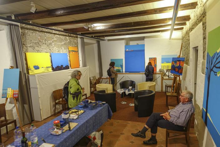 Besucher im Ausstellungsraum
