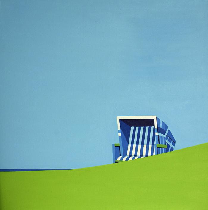 Strandkorb mit Meer im Hintergrund