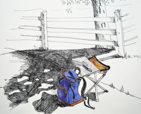 Rucksack, Klappstuhl und Skizzenbuch